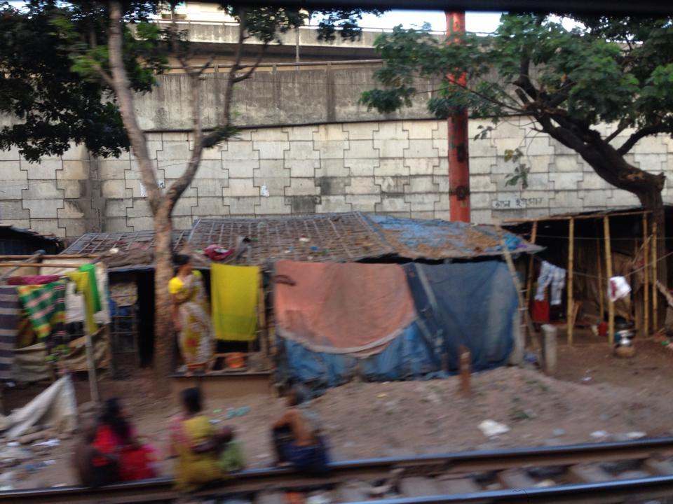 0915_電車からみたスラム街